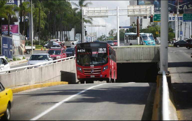 Un camión de la ruta 634 sale del paso a desnivel de Avenida Américas, cuando su derrotero es por la lateral para que aborde el pasaje de los paraderos de la calle Colomos y de Mar Rojo. EL INFORMADOR / F. Atilano