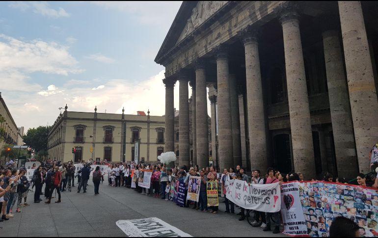 La marcha terminó frente al Teatro Degollado; algunos fueron después a una misa para pedir por el regreso de los que ya no están. EL INFOMRADOR / J. Armendáriz