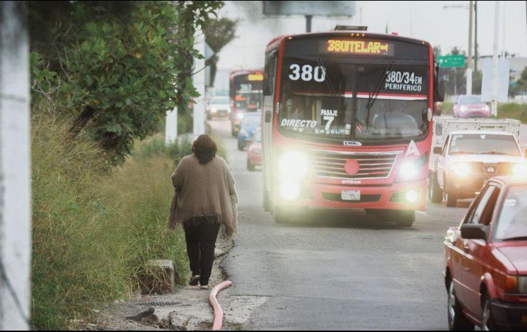 Los peatones ponen en riesgo su vida al subir al periférico a pocos centímetros de los vehículos para poder trasladarse. EL INFORMADOR • G. Gallo