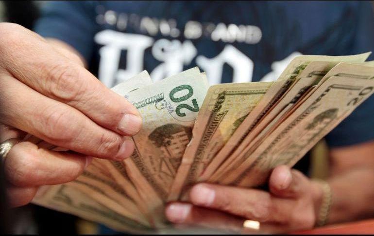 Dólar revierte ganancias, se vende en 19.45 pesos en bancos