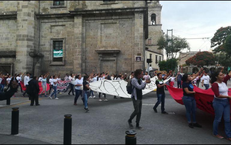 Durante la marcha, se dijeron en voz alta los nombres de los estudiantes desaparecidos en 2014. EL INFORMADOR