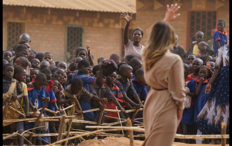 Melania Trump se divierte alimentando a elefantes bebés en Kenia (+FOTOS)