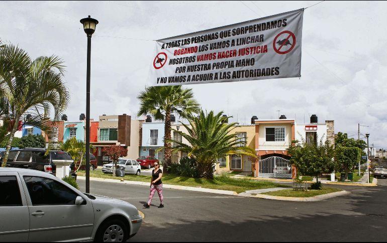 Los habitantes del Fraccionamiento Fuentes del Nilo, en Tonalá, colocaron una manta para expresar las acciones que llevarán a cabo si sorprenden a un delincuente. EL INFORMADOR/A. Camacho