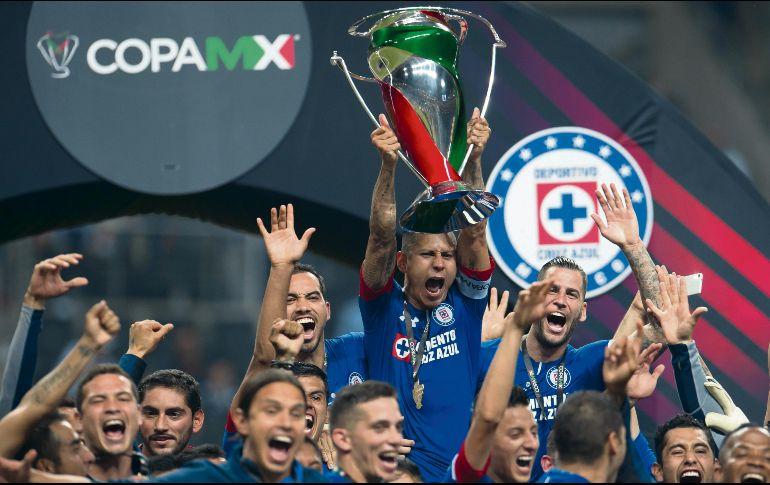 Los jugadores del Cruz Azul celebran eufóricos la conquista del torneo  copero d1925e3c64f15