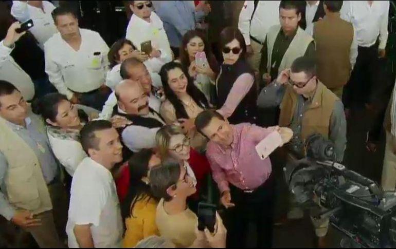 En varias ocasiones, Peña Nieto tomó celulares para las selfies. YOUTUBE@Gobierno de la República