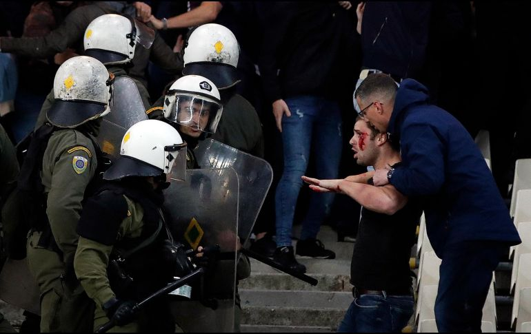Violencia en la Champions: arrojan bomba molotov a hinchas de Ajax