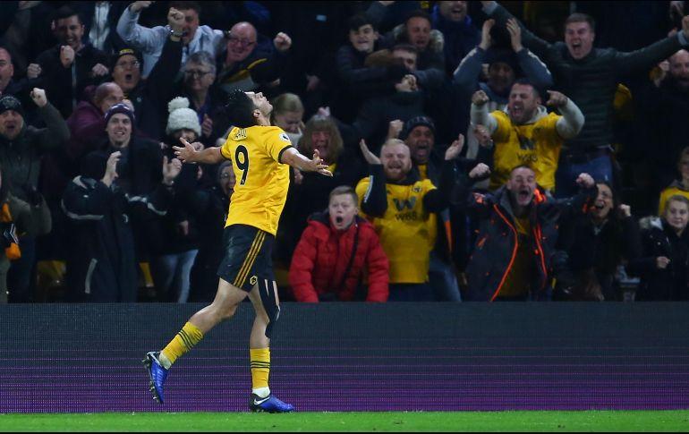 Raúl Jiménez anota en voltereta de los Wolves al Chelsea