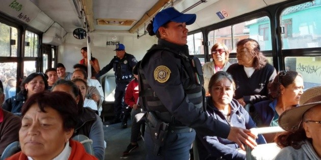 Policías viajan en camiones en Iztapalapa para inhibir robos