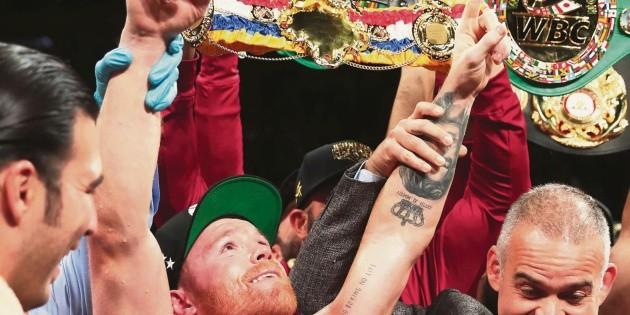 """Sin sudar: """"El Canelo"""" es campeón supermediano"""