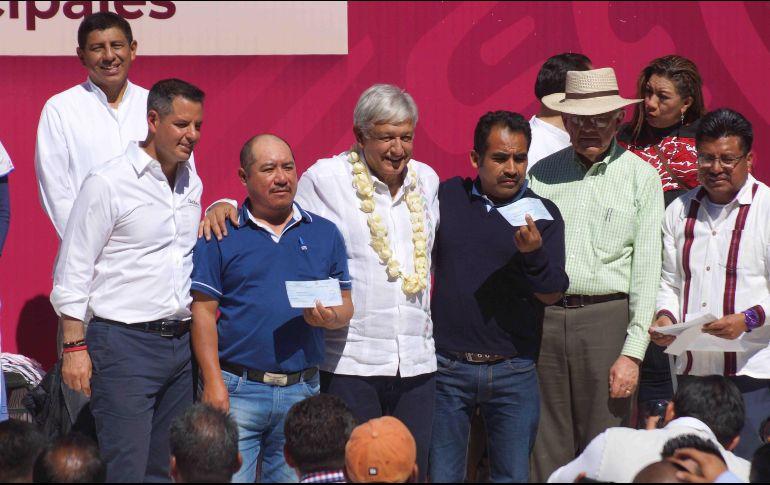 Destinará AMLO 2500 millones de pesos para pavimentar caminos en Oaxaca