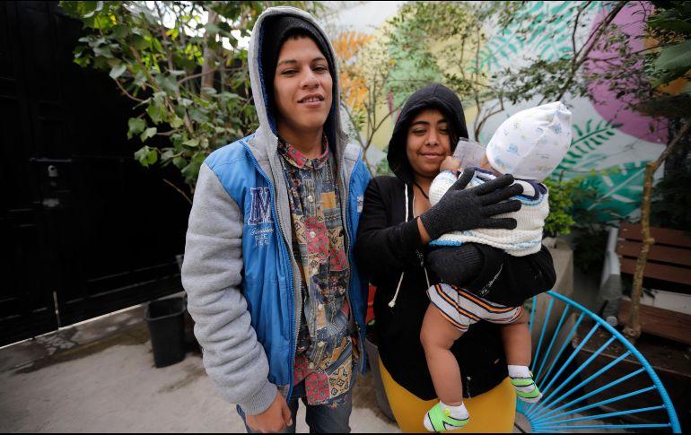 Christian, guatemalteco de 19 años, ha sido deportado de EU tres veces. Buscaba cruzar con la caravana que llegó a Tijuana, pero él y su esposa Vanesa, hondureña, se quedaron en Jalisco cuando su bebé enfermó. EL INFORMADOR/F. Atilano
