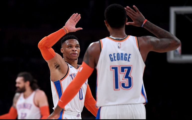 Russell Westbrook #0 y Paul George #13 celebran tras una buena jugada. AFP/Getty Images/H. How