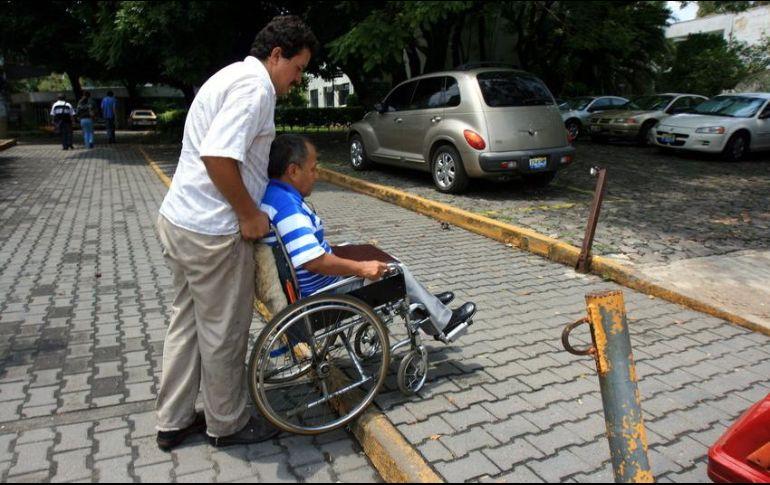 Resultado de imagen para ayudando a personas discapacitadas
