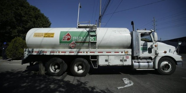 López Obrador busca contratar dos mil 500 choferes para pipas de gasolina