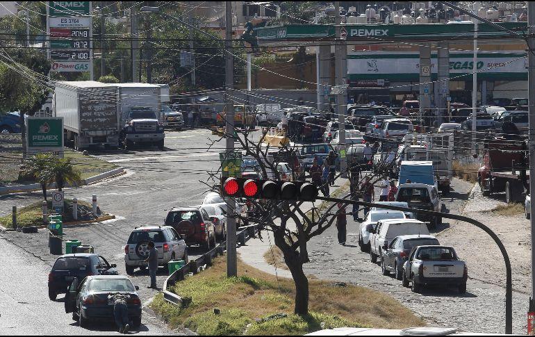 Alfaro compartió un video en su cuenta de Twitter donde se ven las largas filas de automóviles que se han registrado en la ZMG ante el desabasto. EL INFORMADOR / ARCHIVO