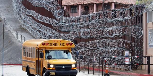 Colocan muro de púas en frontera con Nogales