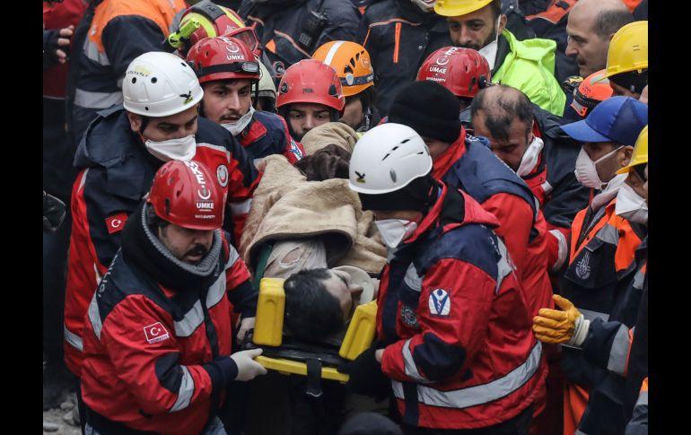 Suben a 21 los muertos en derrumbe de edificio en Estambul