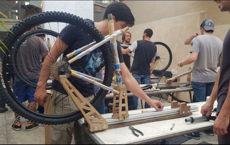 De manera periódica, Diego imparte talleres donde los participantes fabrican sus propios marcos en ciudades de México y de América Latina, como Uruguay y Chile. EL INFORMADOR / S. Blanco