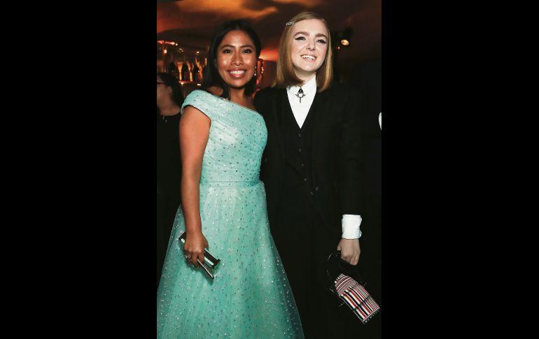 """Las actrices Yalitza Aparicio y Elsie Fisher posan sonrientes y plenas ante las cámaras, en una de las múltiples fiestas posteriores a la entrega de premios. Aparicio protagonizó un buen """"bailongo"""" tras la premiación. REUTERS"""