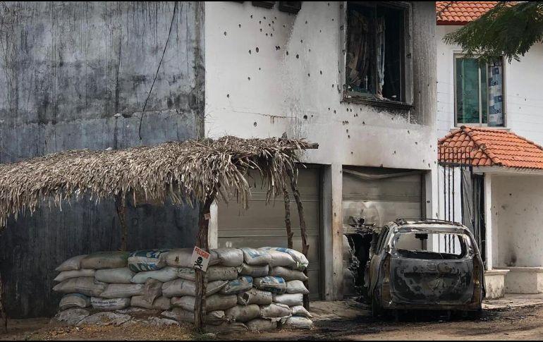 Los agresores rafaguearon la base, quemaron una camioneta Toyota y huyeron del lugar. TWITTER/@billieparkernot