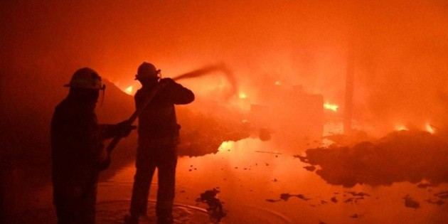 Se incendia una manzana de bodegas en Tonalá