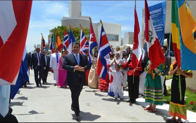 Apóstol Naasón Joaquín en una reunión con jóvenes misioneros en Silao, Guanajuato. ESPECIAL