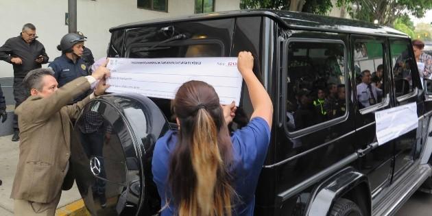 Se atrincheran en camioneta; se los llevan con todo y vehículo