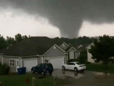 Toma de video de un tornado ayer en Carl Junction, Missouri. AP/C. Higgins