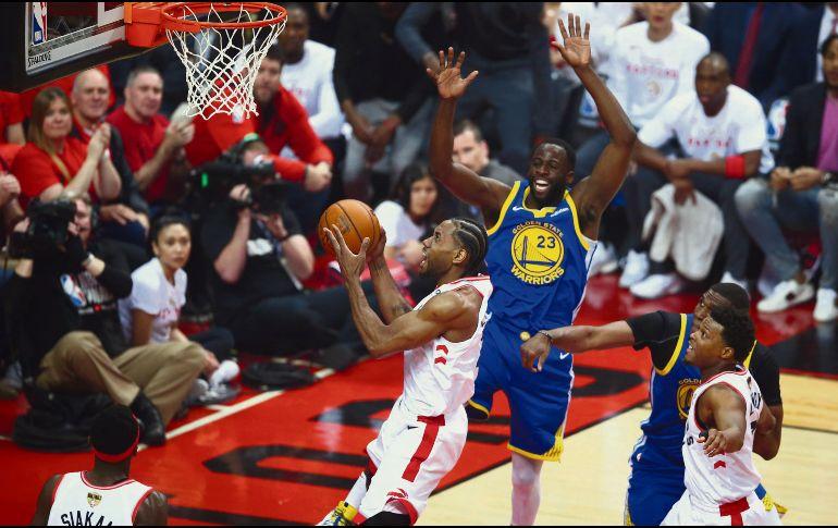 Kawhi Leonard aportó 26 puntos para los Raptors, que se quedaron a un paso de coronarse en el quinto juego. AFP