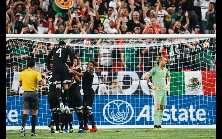 Jugadores mexicanos celebran tras el gol conseguido por Roberto Alvarado, quien abrió la cuenta ayer ante los canadienses. AFP