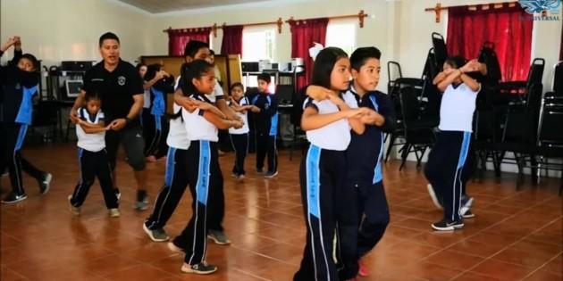 Alumnos de primaria aprenden a ritmo de cumbia