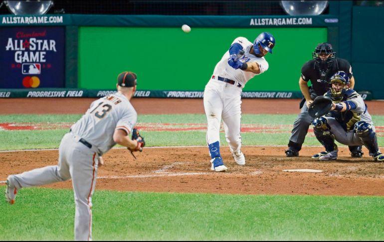 Joey Gallo, de los Rangers, conecta jonrón solitario para la Americana en la séptima entrada. AP