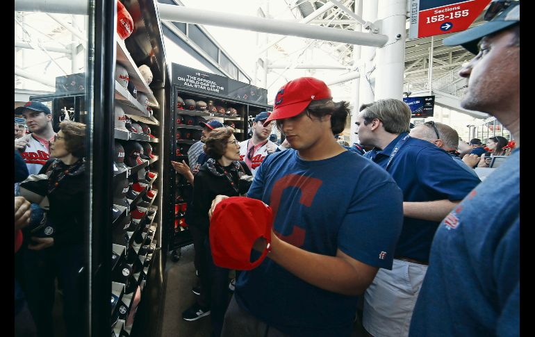 En la tienda del estadio hubo mucho movimiento de aficionados. AFP / K. Irwin