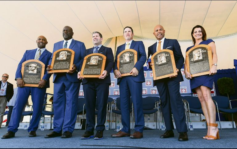 Harold Baines, Lee Smith, Édgar Martínez, Mike Mussina, Mariano Rivera y Brandy Halladay, viuda de Roy Halladay, con sus placas de inmortales. AP / H. Pennink