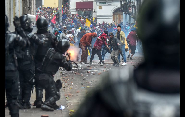 Manifestantes se enfrentan con antimotines en una calle de Quito. AFP/M. Bernetti