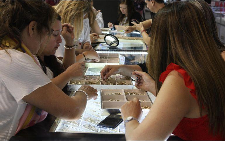 En Expo Joya participan 350 empresas expositoras que exhiben joyería de oro, plata y bisutería en más de 12 mil metros cuadrados. EL INFORMADOR/ ARCHIVO