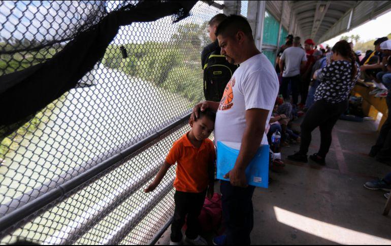 Con las nuevas políticas migratorias de Donald Trump, migrantes se quedan en la frontera mexicana durante meses mientras esperan sus citas en las cortes estadounidenses. AP/F. Llano