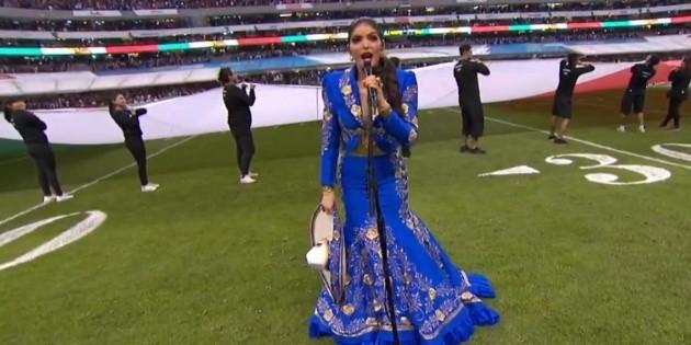 Ana Bárbara se equivoca al cantar el Himno Nacional