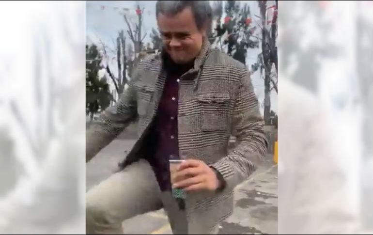 En el video se puede observar al sujeto gritándole a la conductora, para luego golpear el vehículo y rociarla con café después de que esta le ofreciera disculpas y le pidiera que se tranquilizara para poder llamar al seguro y que arreglara el percance. ESPECIAL