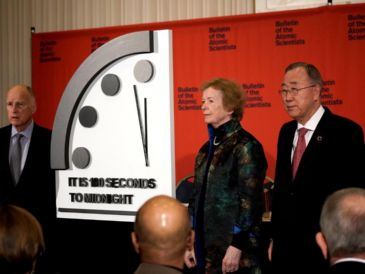 "Edmund G. Brown Jr. (i) retrasa el ""Reloj del Apocalipsis"" junto a la ex presidenta de Irlanda, Mary Robinson (c), y el ex secretario general de la ONU, Ban Ki-moon (d). EFE/Bulletin Of The Atomic Scientists"