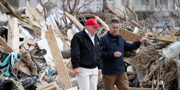 Trump recorre zona afectada por el tornado en Tennessee