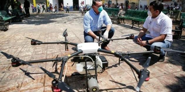 Sanitizan con drones calles de Mérida para combatir COVID-19