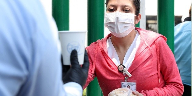 Agradecen con pan y café a personal de salud en la Ciudad de México
