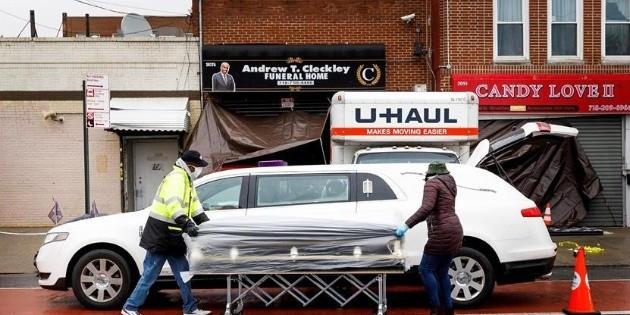 Retiran licencia a funeraria de NY que amontonó cadáveres en camiones