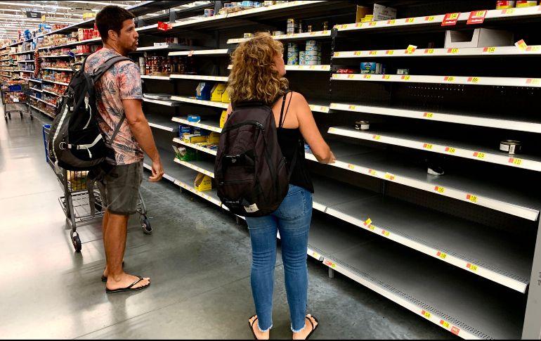 La pandemia trajo consigo compras de pánico en productos como atún con 71% y limpiadores líquidos con 48%. AFP/Archivo