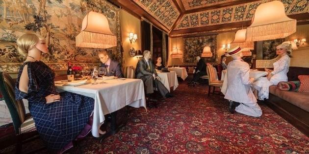 Elegantes maniquíes marcan el distanciamiento social en restaurante de Virginia