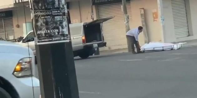 Carroza fúnebre tira un cuerpo en calles de Veracruz por error