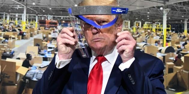 """Trump presume que usó un cubrebocas; dice que """"se veía muy bien"""""""