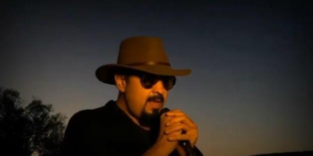 Pepe Aguilar canta desde la azotea de su casa