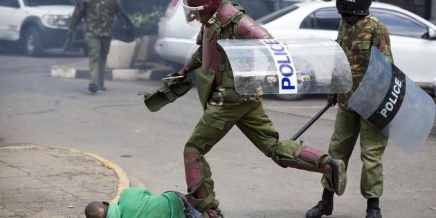Policía de Kenia mató a 15 personas durante toque de queda por virus: informe